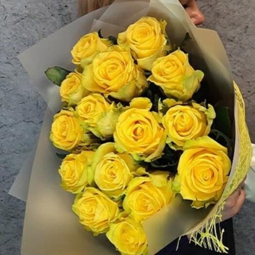 15 желтых роз с оформлением