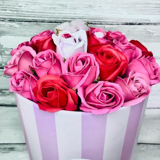 Букет из 23 мыльных роз с коробочкой хлопка в шляпной коробке