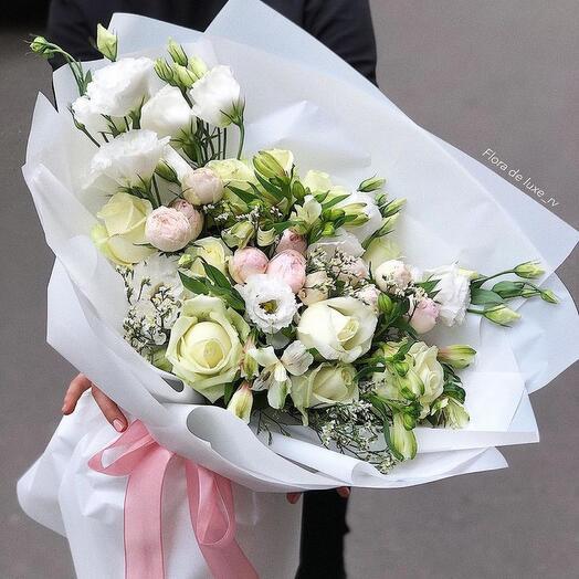 Большой белоснежный букет из эустомы, белых роз, альстромерий