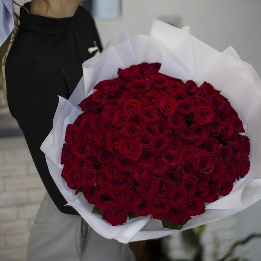 Букет 101 роза в белой упаковке