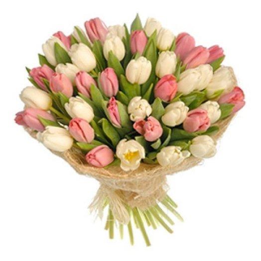 Букет из 31 белого и розового тюльпана в сизале: букеты цветов на заказ Flowwow