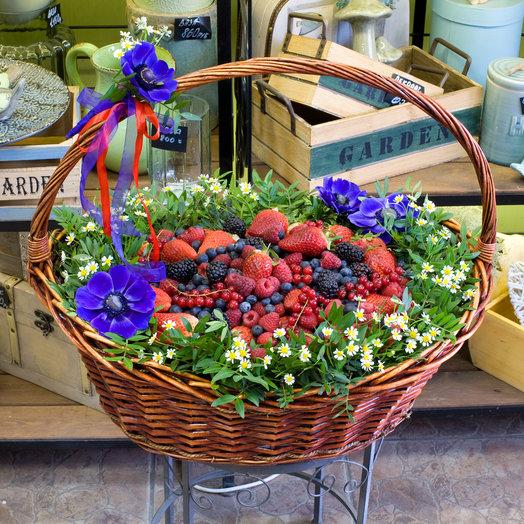 """Корзина из цветов и ягод """"Ягодный сюрприз"""""""