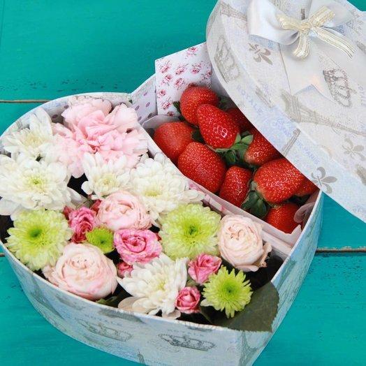 Цветы в коробке «Сердце» с ягодами: букеты цветов на заказ Flowwow