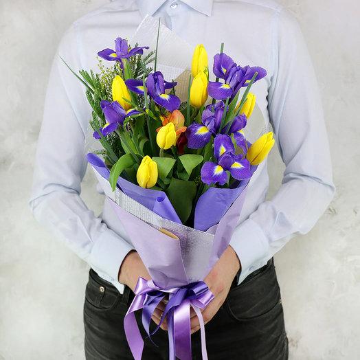 Букет из тюльпанов, ирисов и мимозы: букеты цветов на заказ Flowwow