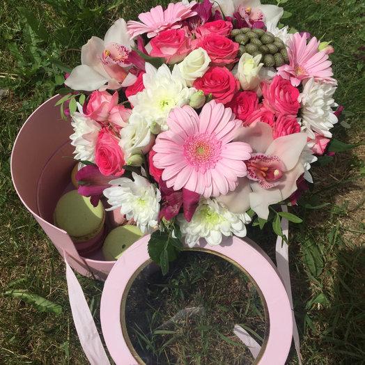 2ухярусная коробка с цветами и вкуснейшим зефиром: букеты цветов на заказ Flowwow