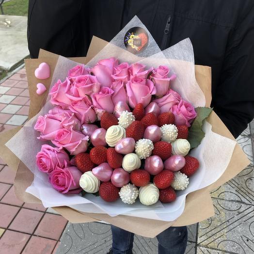 Клубничный букет с цветами «Счастье»