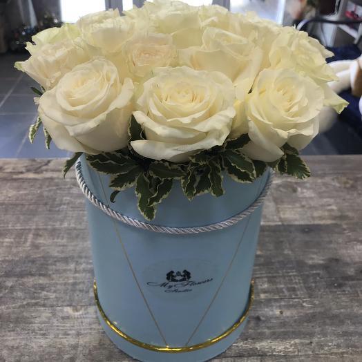 Коробка с белыми розами