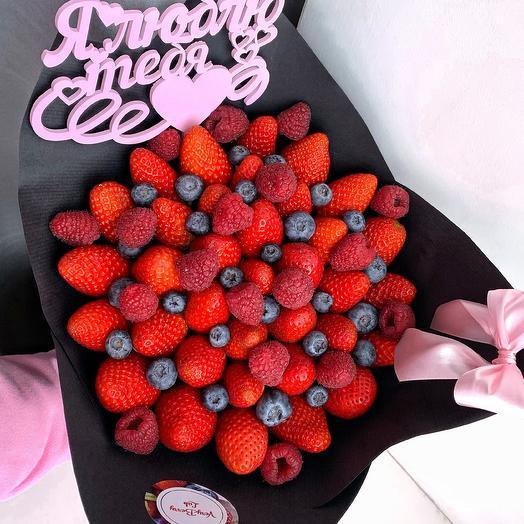 Букет из клубники с голубикой и малиной: букеты цветов на заказ Flowwow