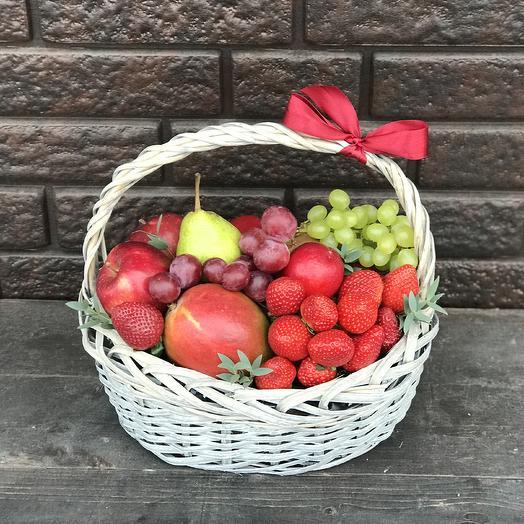 Фруктовая корзина «Ягодка садовая»: букеты цветов на заказ Flowwow