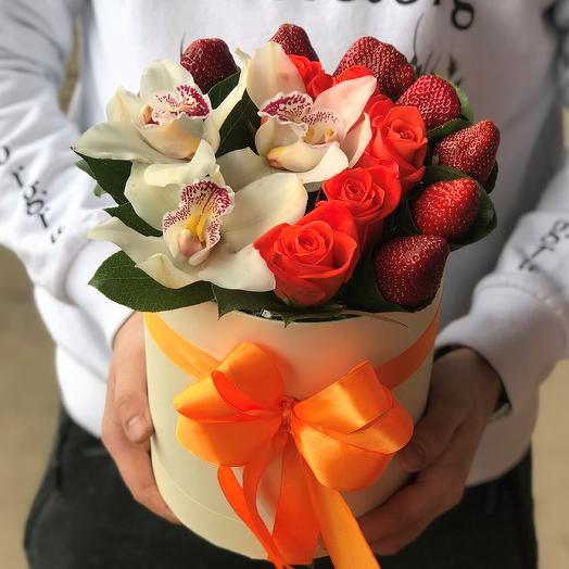 Коробка из роз, орхидей и клубники N370: букеты цветов на заказ Flowwow