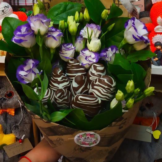 Букетик с клубникой Прелесть: букеты цветов на заказ Flowwow