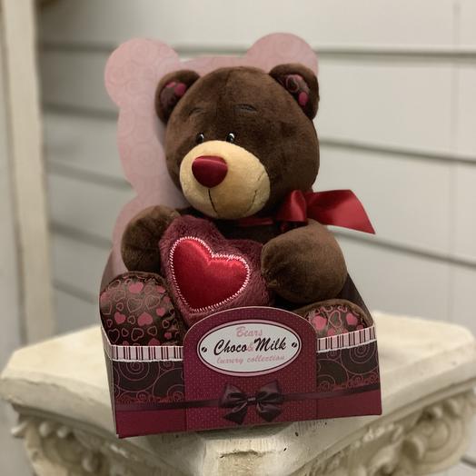 Мишка с алым сердцем: букеты цветов на заказ Flowwow