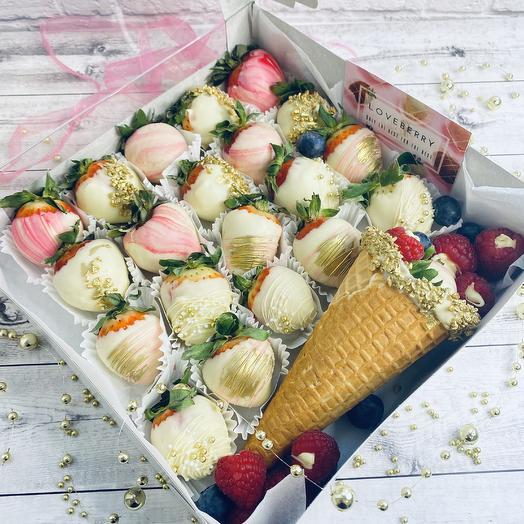 Большая коробка клубники в шоколаде + рожок с ягодами: букеты цветов на заказ Flowwow