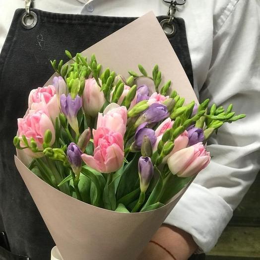 Нежные тюльпаны с ароматной фрезией: букеты цветов на заказ Flowwow