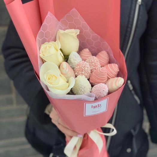 Клубничный букет с розами (Барокко XS): букеты цветов на заказ Flowwow