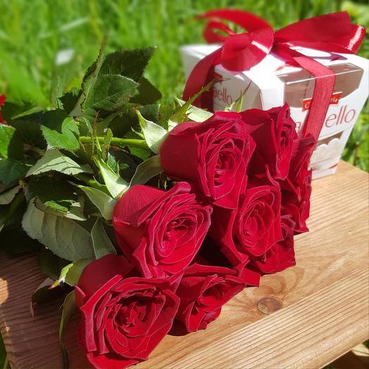 Monobucket of 9 red roses and Raffaello