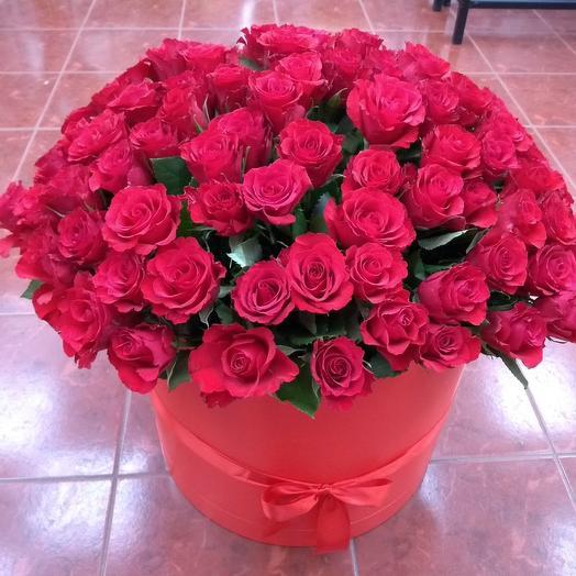101 алая роза в коробке