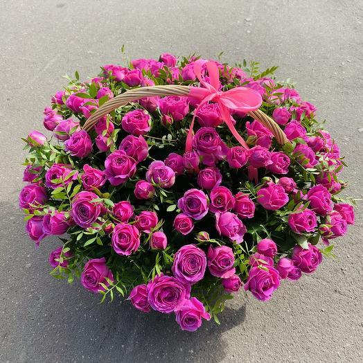 Кустовая роза в корзине