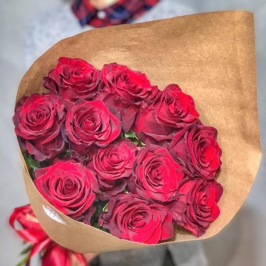 11 бордовых роз  в крафте