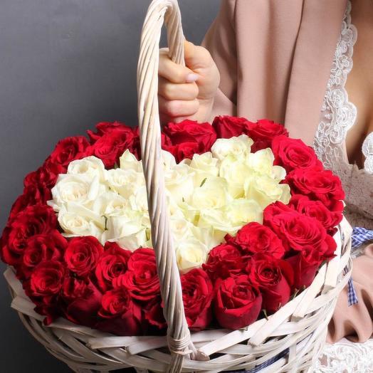 51 роза микс в форме сердца в корзине