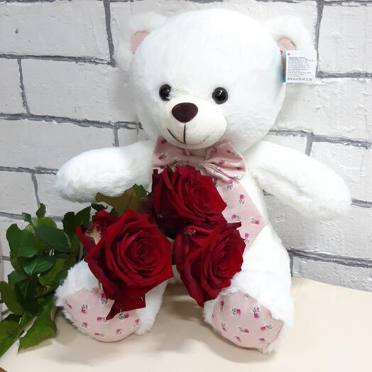 Мишутка с красными розами