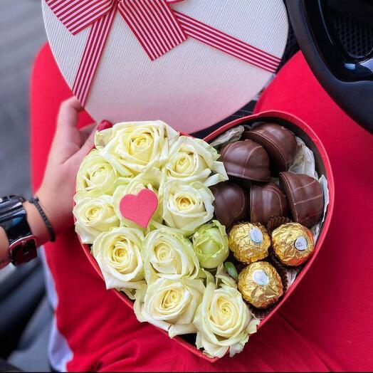 Коробка сердце из роз и сладостей