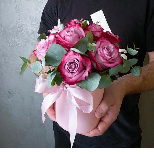 Цветы в коробке розами и эвкалиптом
