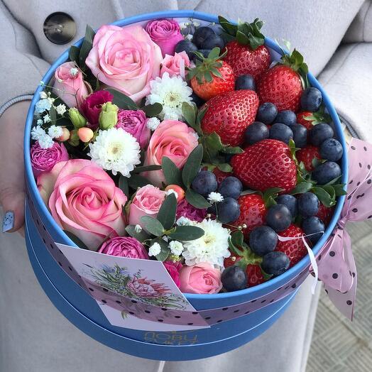Цветы в коробке «Ягодный восторг»