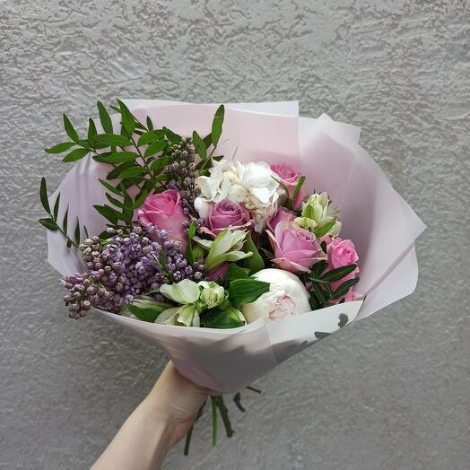 Нежный с пионом, сиренью и цветами