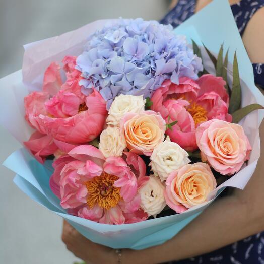 Букет из гортензии, роз и пионов