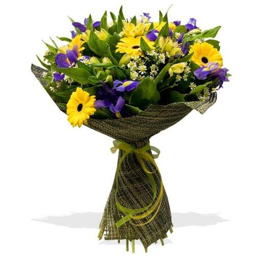 Букет из гербер и ирисов Лето в разгаре: букеты цветов на заказ Flowwow