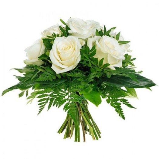 Букет из белоснежных роз в окружении богатой зелени. код 170065: букеты цветов на заказ Flowwow