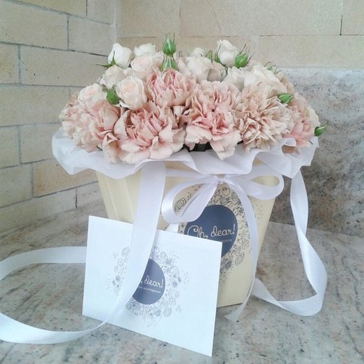 Букет в коробке из кустовой розы и диантуса