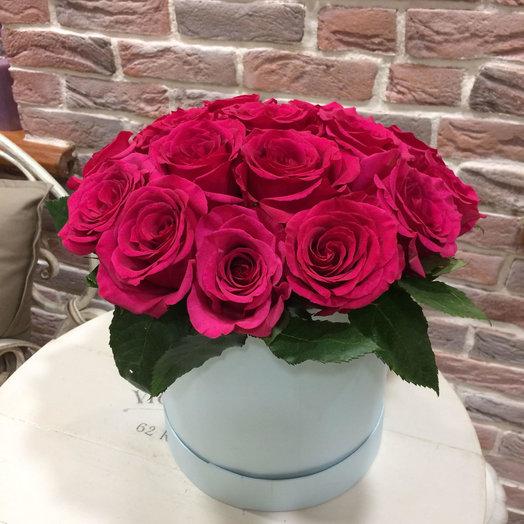 Розовые розы в голубой шляпной коробке: букеты цветов на заказ Flowwow