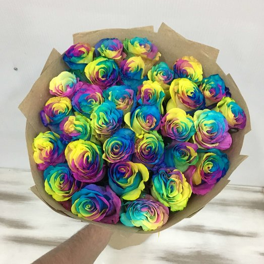 31 радужная роза в плотном крафте: букеты цветов на заказ Flowwow