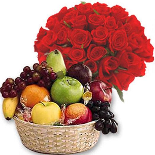 Набор 35 красных роз и корзина фруктов