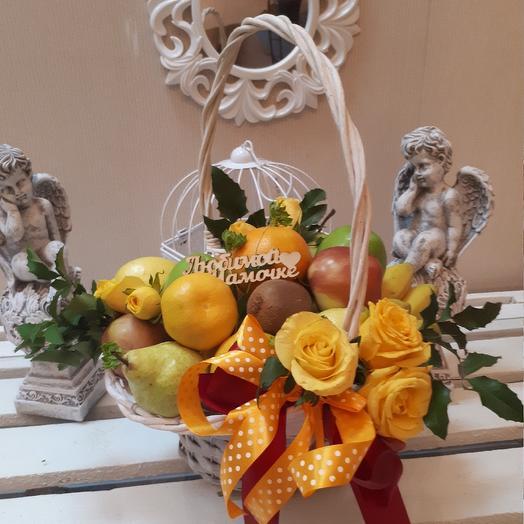 Корзина с фруктами и розами: букеты цветов на заказ Flowwow
