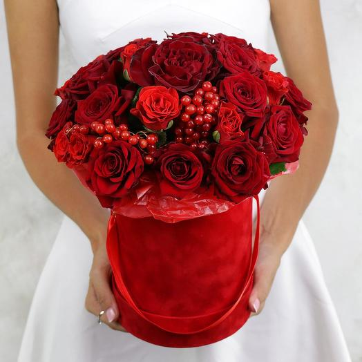 Композиция из 29 красных роз в шляпной коробке: букеты цветов на заказ Flowwow