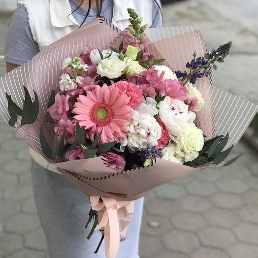Восхитительный букет из сезонных цветов в упаковке