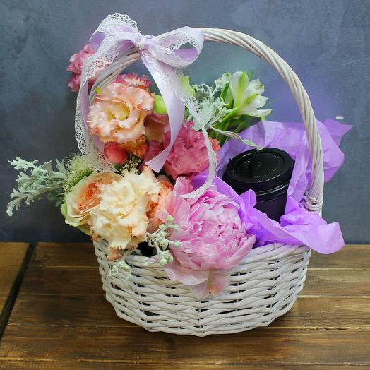 Нежная кофейная корзина с цветами