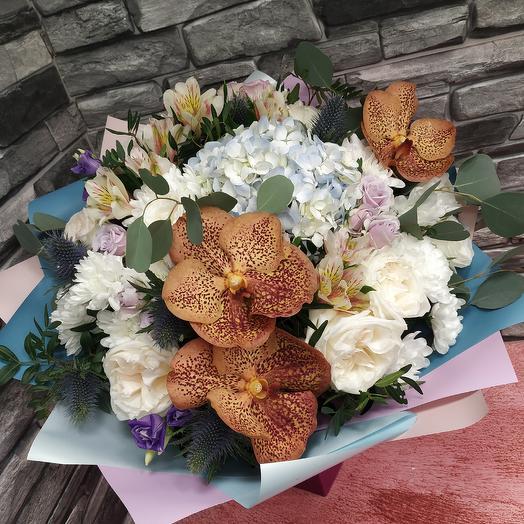 Экзотический букет с орхидеей Ванда,пионовидной розой и гортензией: букеты цветов на заказ Flowwow