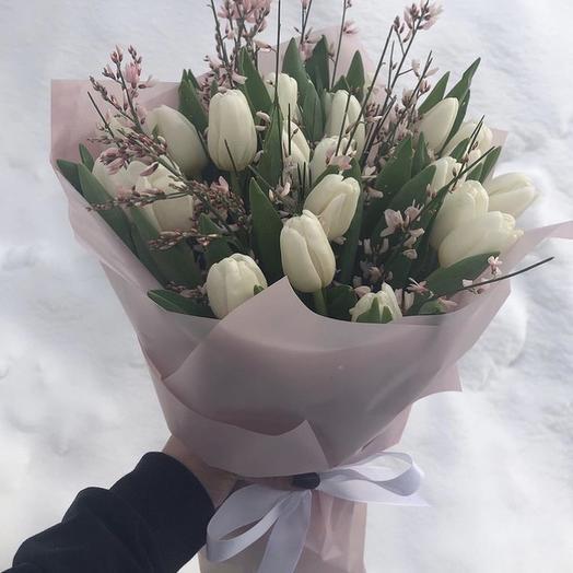 Букет белых Тюльпанов с генистои
