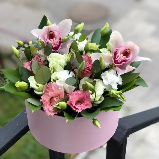 Коробочка с орхидеями и эустомой