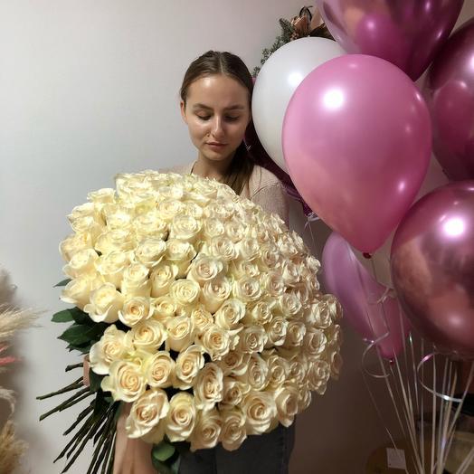 Букет 99 импортных роз и 15 шаров