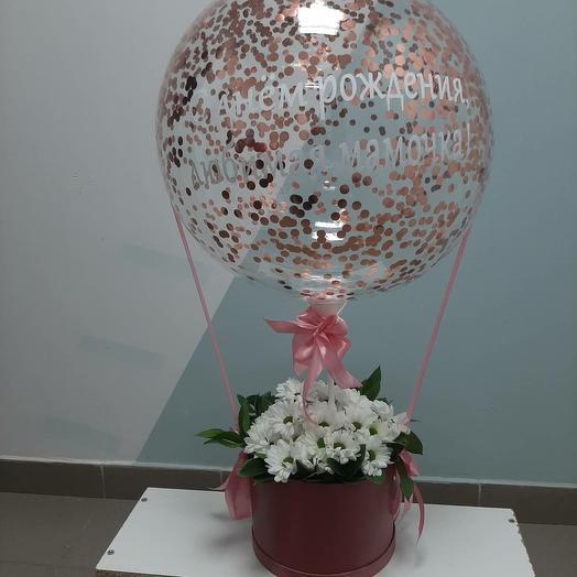 Любимой маме композиции с шаром и цветами в шляпной коробке