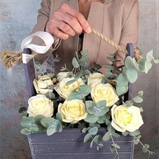 Корзина белых роз с эвкалиптом