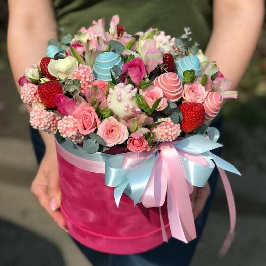 Цветы в коробке М с клубникой 🍓 в шоколаде и маршмелоу 🍫