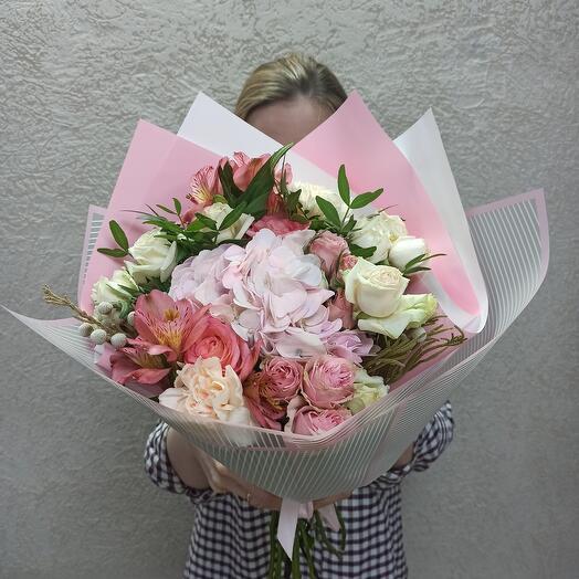 Букет с гортензией и ассорти цветов