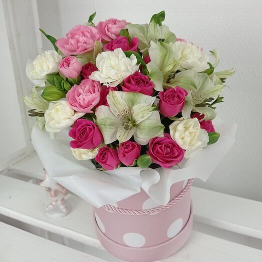 """""""Яркий и нежный комплимент"""" С розами и Альстромерией в шляпной коробке"""