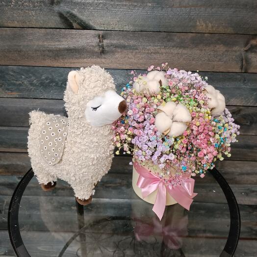 Плюшевая кремовая лама с радужной гипсофилой